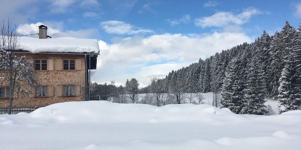 Verschneiter Bauernhof