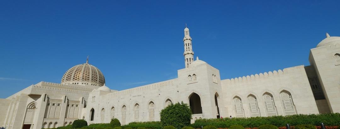 Vor der Großen Sultan-Qabus-Moschee