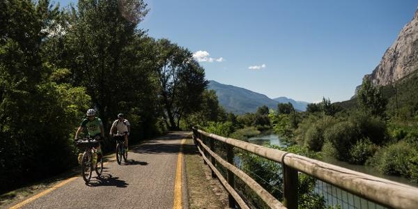 La pista ciclabile lungo il fiume Sarca, in direzione di Pietramurata