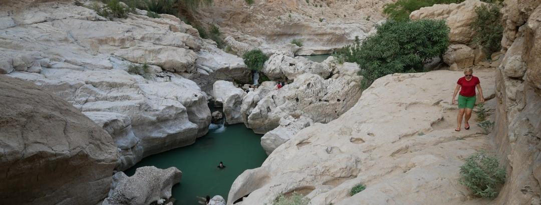 Tiefblauer Pool im Wadi Bani Khalid