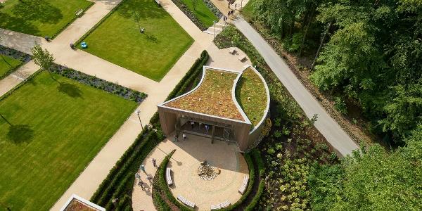Vom Aussichtsturm des Baumwipfelpfades ist das Gebäude mit seiner Dachbegrünung und der Brunnenhof zu sehen