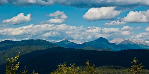 Panorama verso il Corno Bianco, il Corno Nero e la Val di Fiemme