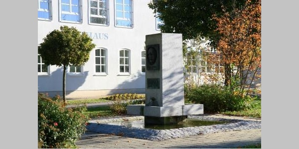 Dorfplatz in Boos mit Brunnen
