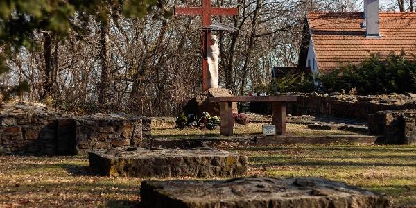 A budaszentlőrinci pálos kolostor romjai, és a 2001-ben állított szabadtéri oltár