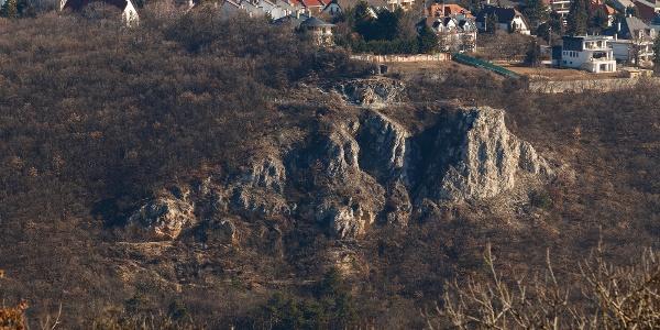 Az Apáthy-szikla a Kis-hárs-hegyi Makovecz Imre-kilátóról