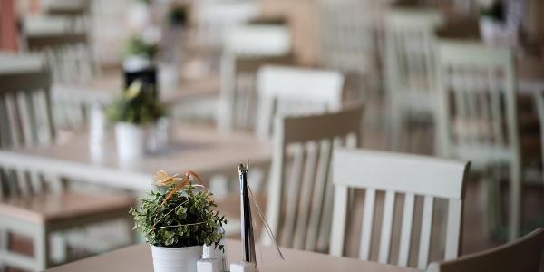 restaurant-jufa-hotel-stubenbergsee-tischaufstelle
