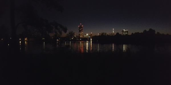 Skyline Alte Donau bei Nacht