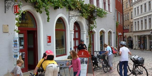 Tourist Information Meißen mit Touristen
