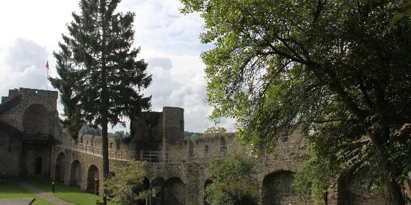 Reste der begehbaren Stadtmauer von Hillesheim