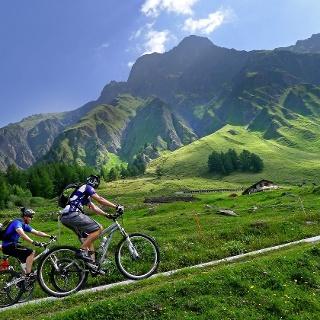 3 Radfahrer auf dem Weg zur Tour du Mont Blanc