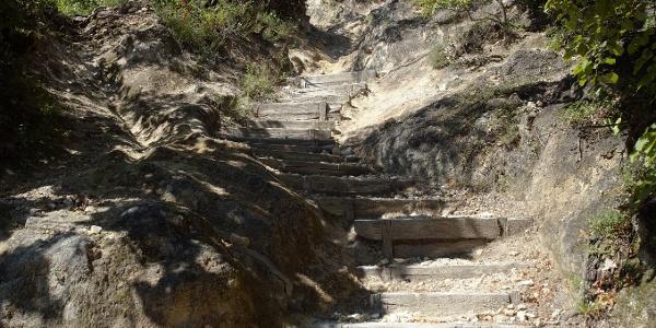 Sziklába vájt lépcsők az Ördög-oromnál