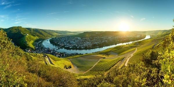 Panoramablick auf Bernkastel-Kues und die Mosel