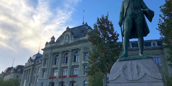 Univerität Bern mit Denkmal Albrecht von Haller.