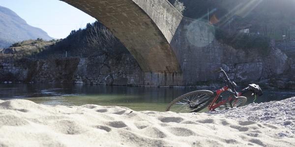 La spiaggia sul fiume Sarca, sotto il Ponte Romano