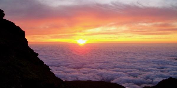 Sonnenaufgang über den Wolken.