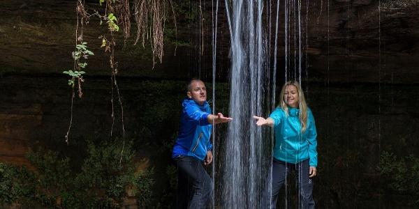 """Der Wasserfall im """"Kessel"""" laädt bei warmem Wetter zu einer Erfrischung ein."""