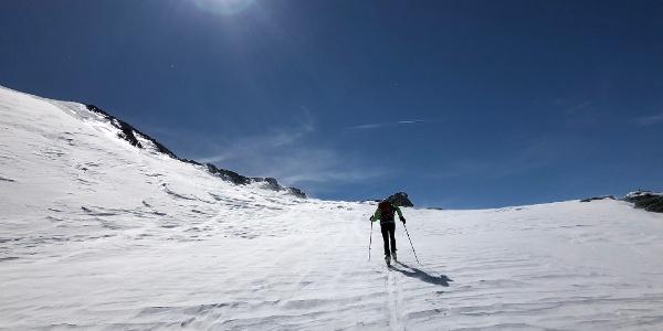 Die letzten Meter zur Scharte, dann mit Tiefblick auf das Skigebiet Mölltaler Gletscher