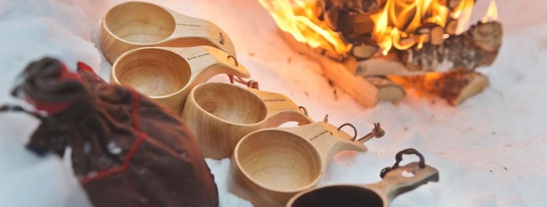 Kaffeepause im Schnee am offenen Feuer