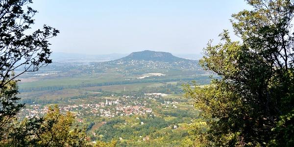 A Tördemici kilátóból a Badacsonytól északra, északnyugatra eső területet látjuk, így a Szent György-hegyet is