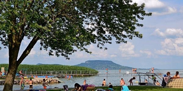 A balatongyöröki strand, háttérben a Badacsony