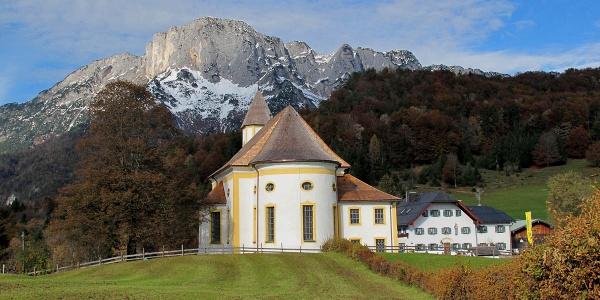 <![CDATA[Die Wallfahrtskirche Maria Heimsuchung vor dem Untersberg]]>