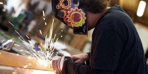 Handwerker beim Bearbeiten der Stele
