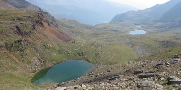 Blick oberhalb des etwas höher gelegenen Schwarzsee hinaus auf die Seenplatte mit dem Langsee und dem unmittelbar unterhalb liegenden, etwas kleineren Unteren Langsee.