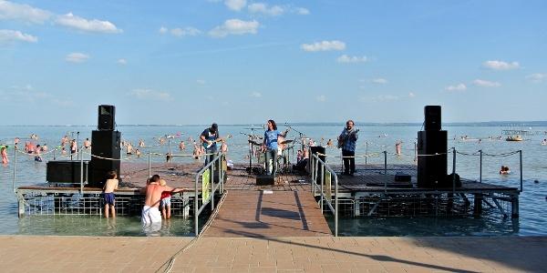 Koncert a csopaki strandon