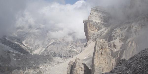 Die Giusanni Hütte in der Fontananegra-Scharte ist umringt von gewaltigen Felswänden.