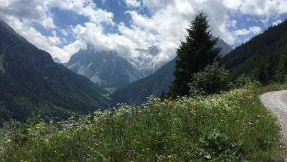 Etappe 1: Panorama auf dem Weg hoch zur Bergstation Dorfbahn