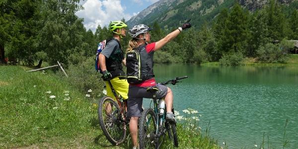 Le lac Schalisee est parfait pour faire une pause, pique-niquer ou se baigner.
