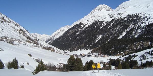 Winterwandern mit Blick auf das Bergsteigerdorf Vent