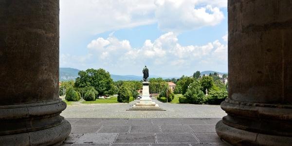 az Esztergomi bazilika oszlopai, előttük a Magyarok Nagyasszonya-szobor