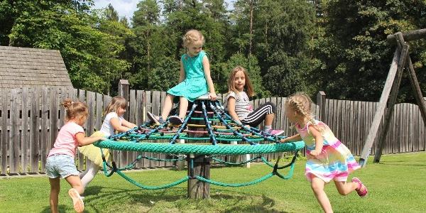 Kinder am Spielplatz