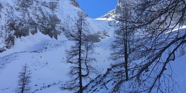 Am Eingang ins Schwarzbachkar mit Blick zur Alplscharte (mittig)