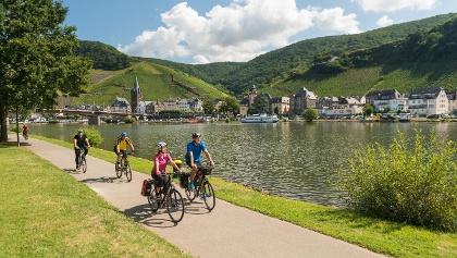 Radfahren vor der Kulisse von Bernkastel-Kues