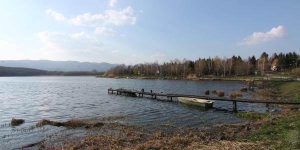 A Jenői-tó partjáról szép kilátás nyílik a Magas-Börzsönyre