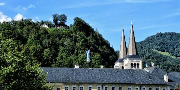 <![CDATA[Die Türme der Stiftskirche ragen hinter dem Königlichen Schloss empor]]>