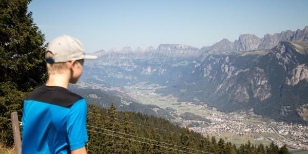 Entlang des Heidipfads erwartet die Wanderer eine Weitsicht auf das gegenüberliegende Bergpanorama.