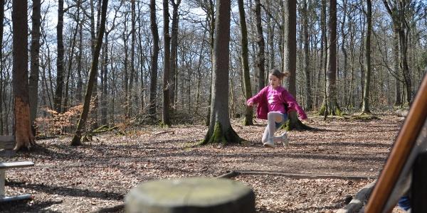 Tiergarten_Mädchen springt den Hirschsprung