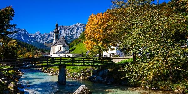 <![CDATA[Auch im Herbst ein schönes Motiv: St. Sebastian über der Ramsauer Ache]]>