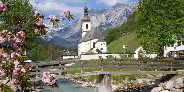 <![CDATA[Postkartenmotiv: Die Pfarrkirche St. Sebastian im Bergsteigerdorf Ramsau]]>