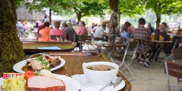 Biergarten der historischen Gaststätte St. Bartholomä am Königssee