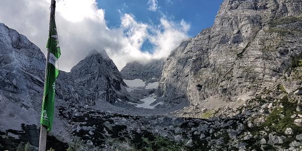 <![CDATA[Blick von der Hüttenterrase zum Blaueisgletscher und Hochkalter]]>