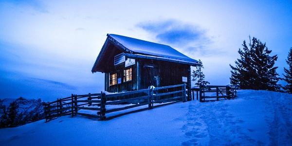<![CDATA[Ein Winterabend an der Bezoldhütte auf dem Toten Mann]]>