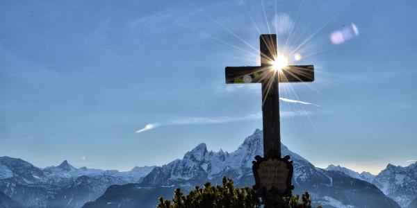 <![CDATA[Das Gipfelkreuz der Kneifelspitze vor dem Watzmann]]>
