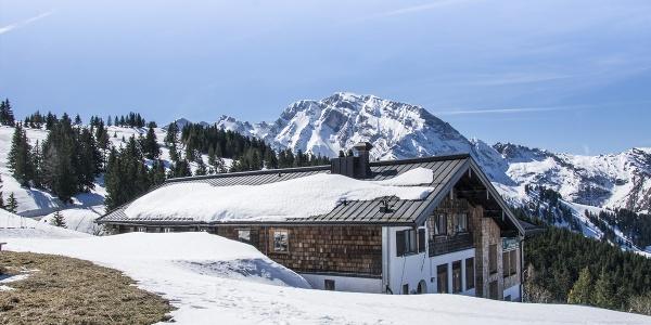 Die Rossfeld Skihütte im Frühling