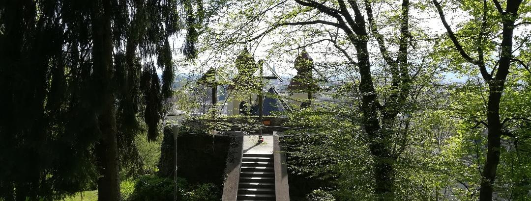 oberhalb der Landesgedächtnisstätte: die Kalvarienberganlage - im Hintergrund die Türme der Kreuzberglkirche