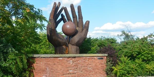 """Az évtizedekig a Hűvösvölgyben állt """"Munkásmozgalmi Emlékmű"""" (Kiss István, 1976)"""