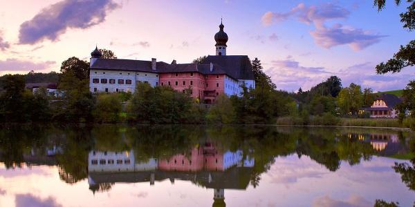 <![CDATA[Das Kloster Höglwörth spiegelt sich im Höglwörther See]]>